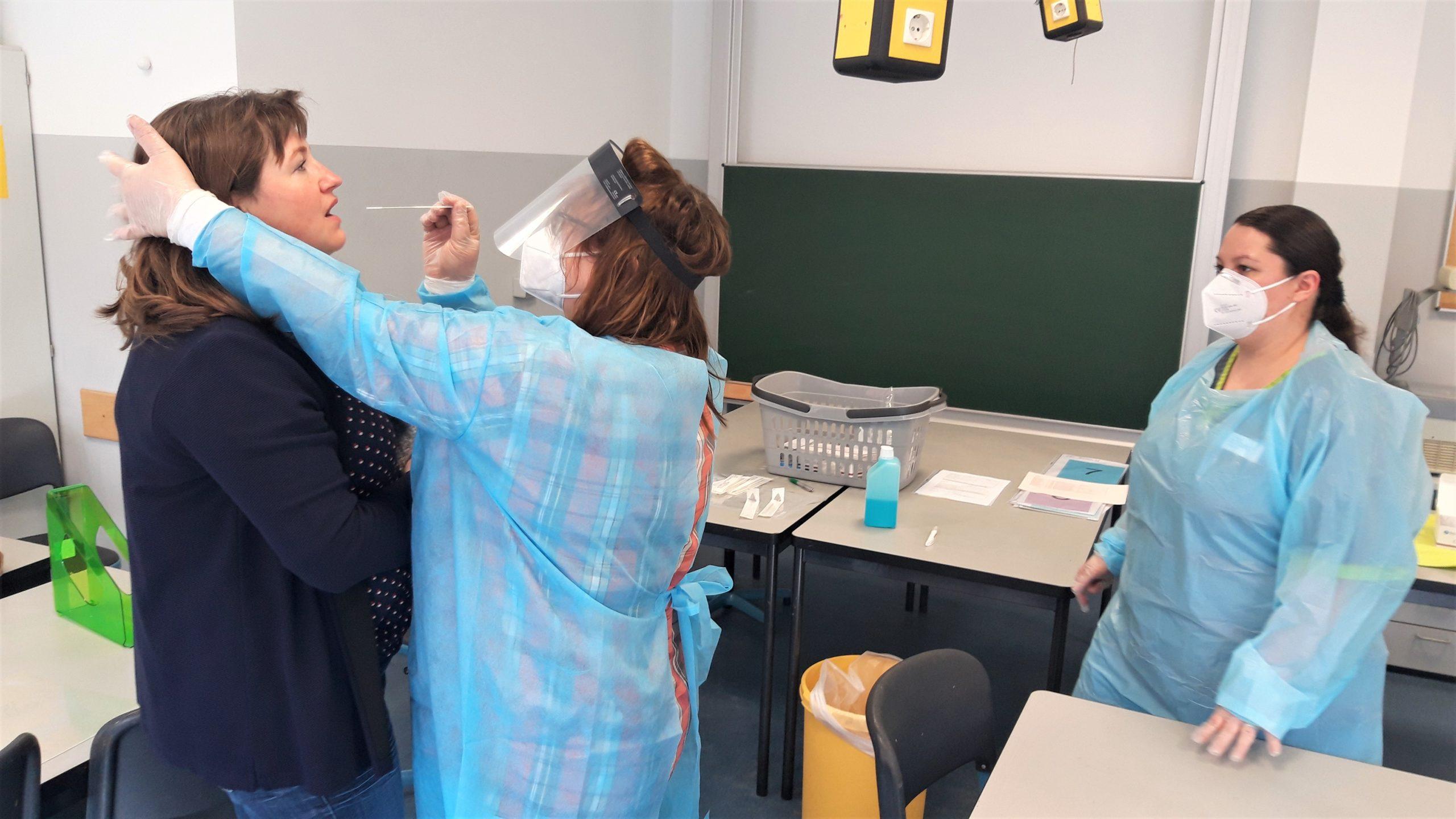 Lehrkräfte lassen Schnelltests durchführen