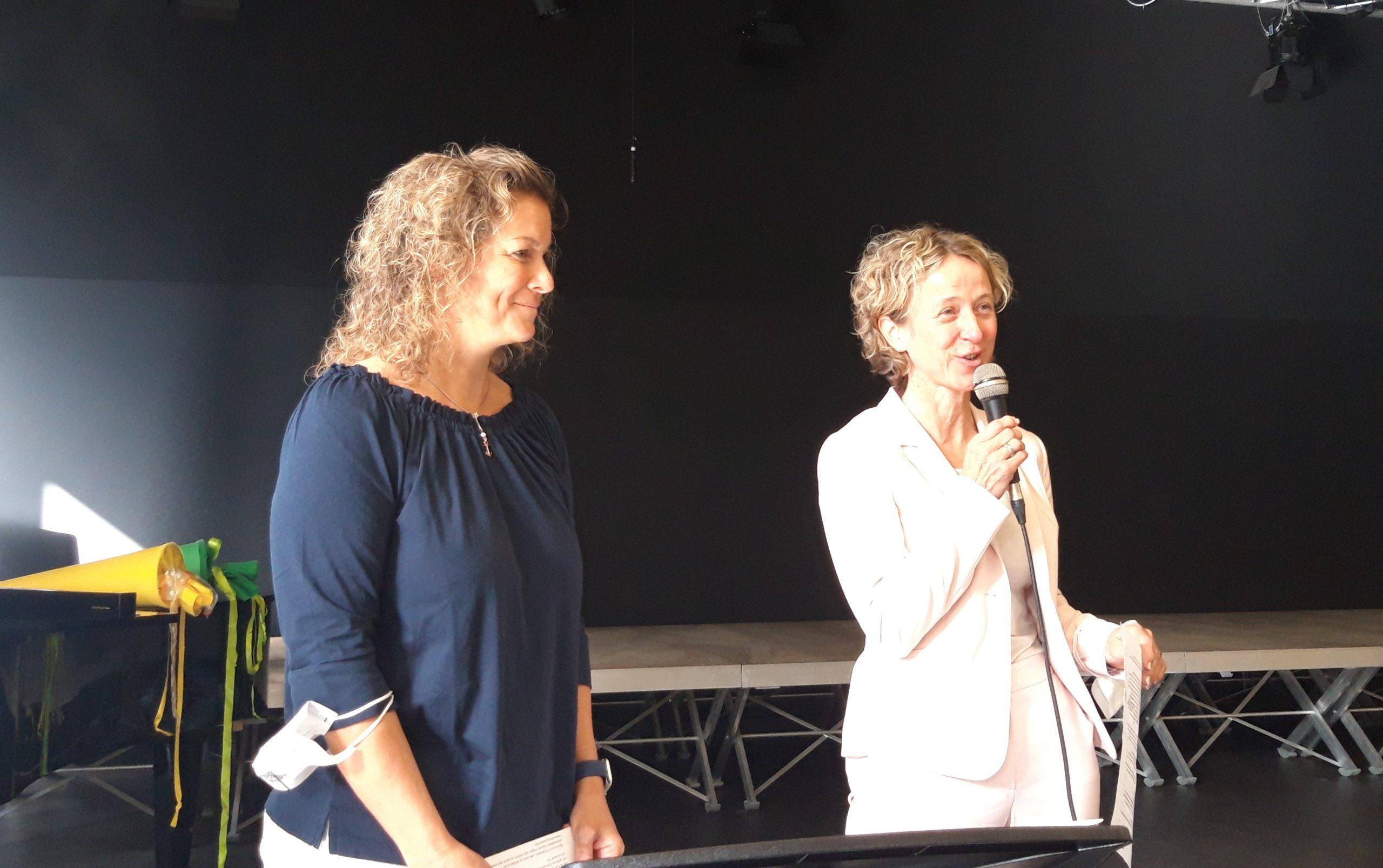 Frau Gorselanzyk (Schulelternrat) und Frau Arlt (Förderverein) begrüßen die Eltern
